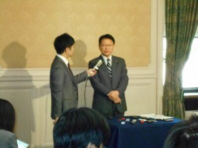 議員立法について記者の取材を受けました